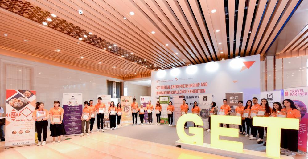 """颁奖结束后,决赛参赛者在""""2019 中国-东盟教育交流周""""展示厅展示自己产品"""