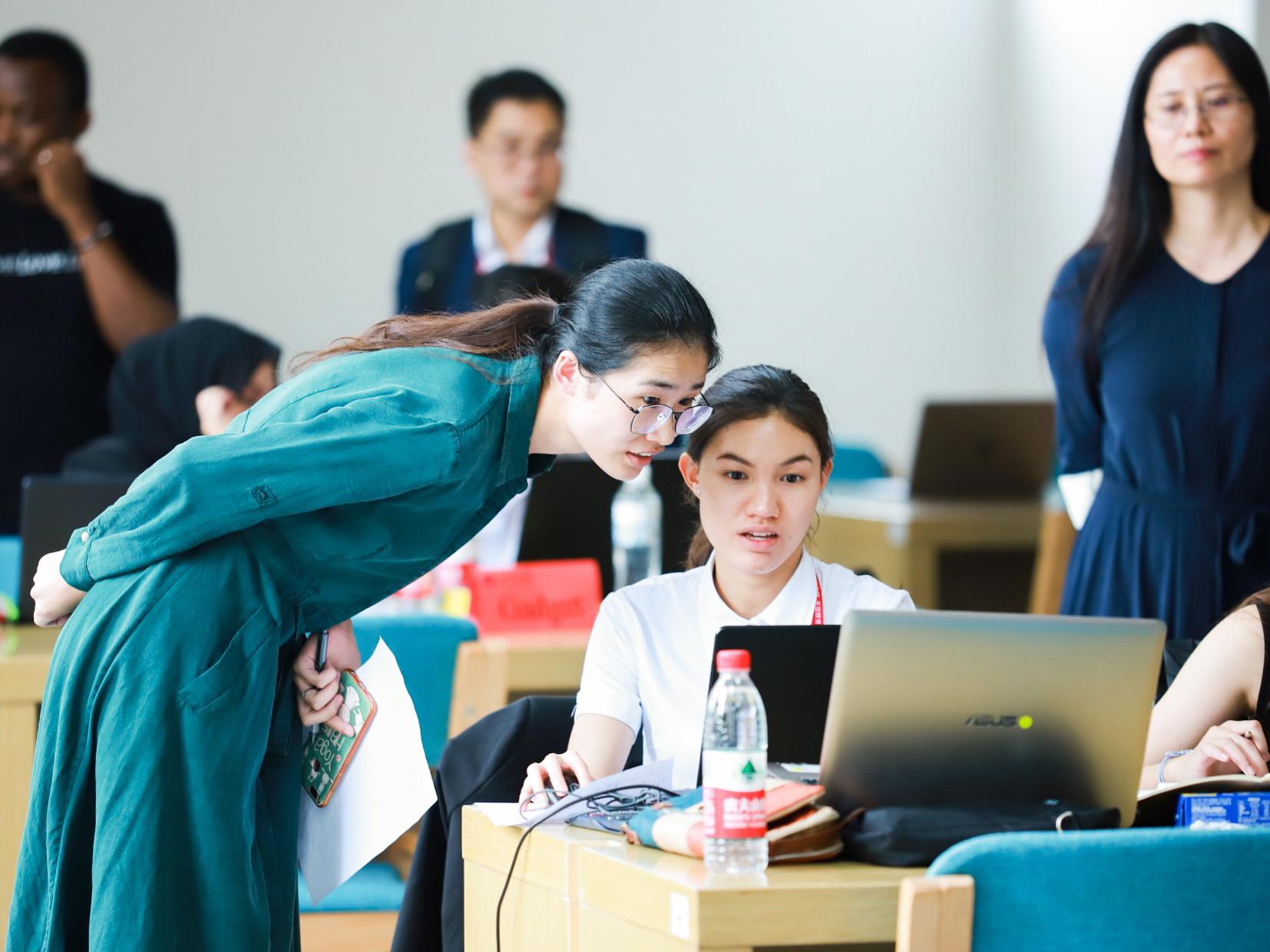 """选手团队在老师和学长姐指导下,通过模拟电商平台仿真运营店铺,获得""""实战经验"""""""